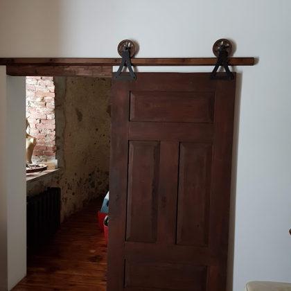 Bīdāmās koka durvis