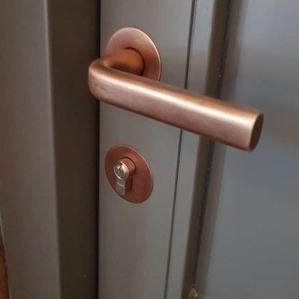 Koka durvju rokturis, aizslēdzamās