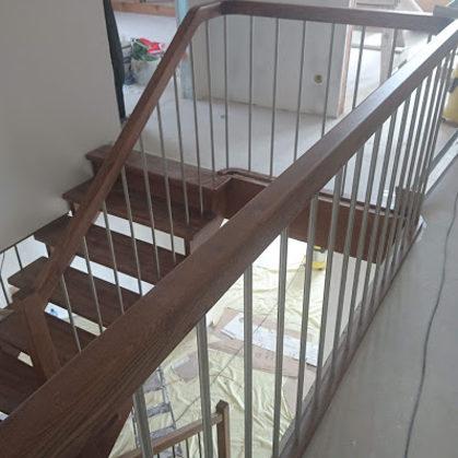 Koka kāpnes ar metāla margām